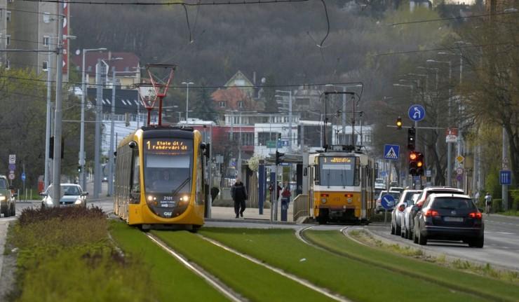 Budapest, 2016. március 31. Az elsõ 56 méteres CAF-villamos közlekedik az 1-es villamos vonalán Budapesten, a Vörösvári úton, jobbra egy régi Tátra villamos 2016. március 31-én. Nyárig további tizenegy jármû áll forgalomba a világ leghosszabb villamosából, ezek közül 11 már Budapesten van, az utolsó áprilisban érkezik. MTI Fotó: Máthé Zoltán