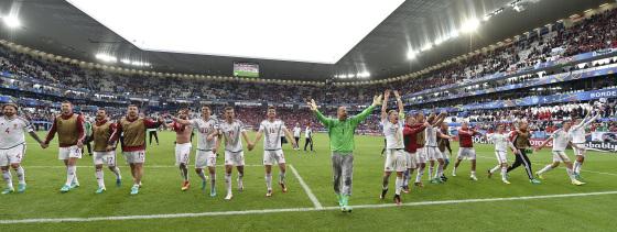 Les joueurs de l'équipe de Hongrie célébrant leur victoire contre l'Autriche. (Photo : MTI / Illyés Tibor)