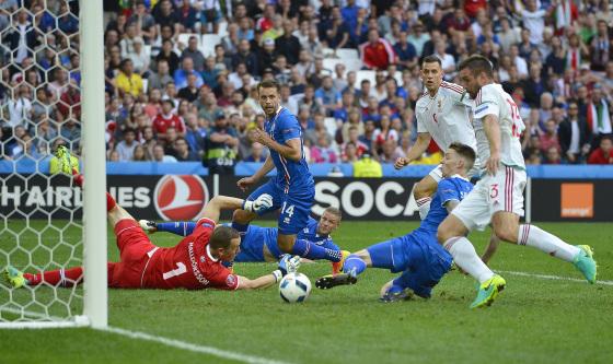 Marseille, 18 juin 2016 L'islandais Birkir Sævarsson marque un but contre son camp MTI Fotó: Tibor Illyés