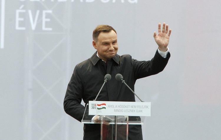 Le président polonais Andrzej Duda saluant la foule. MTI Fotó: Szigetváry Zsolt
